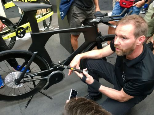 Smith explains the system at the 2018 Eurobike. BRAIN photo.