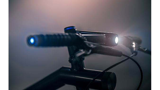 The Chicago bike has a custom Helios smart handlebar with integrated LED headlight and side blinkers.