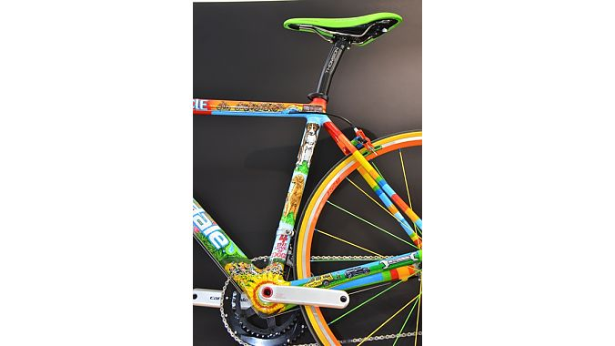 Johnson had an artist friend paint up this frame, complete with the shop dogs on the seattube.