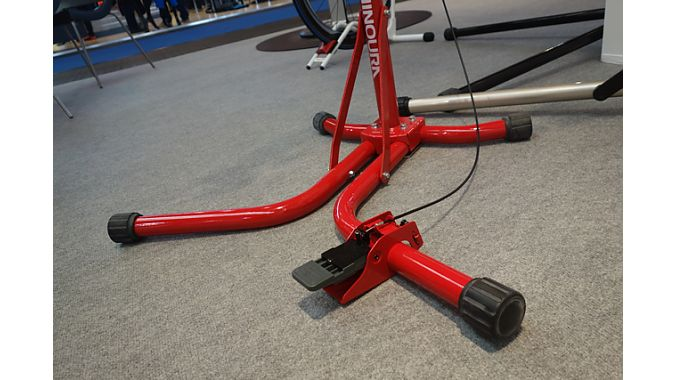 A foot pedal operates the W150's hydraulic lift, which provides 13 kilograms (28.7 pounds) of lifting force. It's rated for bikes up to 66 pounds.