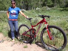Niner marketing manager Carla Hukee shows the new 3rd-generation Jet 9.