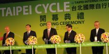 Taiwan dignitaries including TBEA chairman and Giant president Tony Lo, Taiwan Vice President Wu Den-yih and Giant founder and chairman King Liu cut the ribbon, signifying the opening of the 26th edition of Taipei Cycle.
